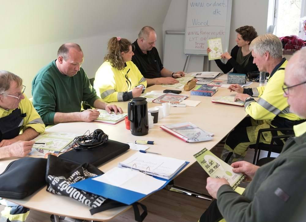 Medarbejdere fra Vej og park Sorø på kursus. Grovsmed i færd med at svejse. Foto: Jonas D. Madsen.